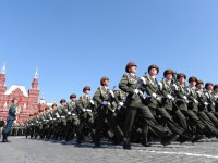 Russian soldiers holding Kalashnikov machine guns march on Red Square during the nation's Victory Day parade in Moscow on May 9, 2009 in commemoration of the end of WWII. Russia sternly warned its foes not to dare make any aggression against the country, as it put on a Soviet-style show of military might in Red Square including nuclear capable missiles.  AFP PHOTO / NATALIA KOLESNIKOVA