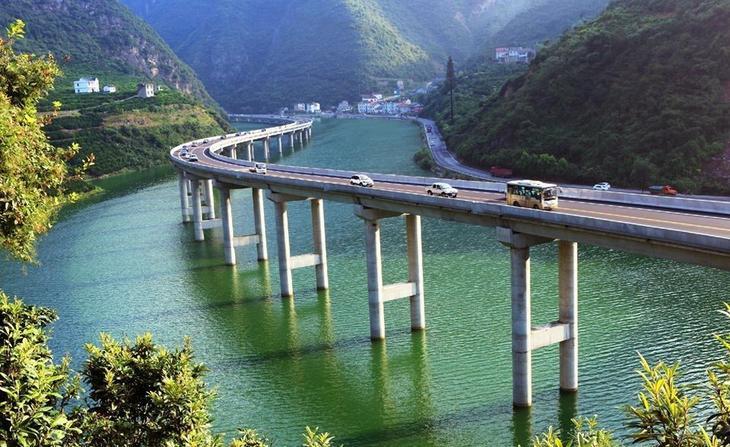 В Китае построили мост вдоль реки