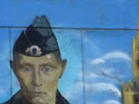 Жители Севастополя просят «освежить» облезлого Путина на фасаде