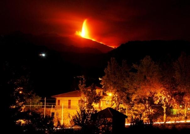 Крупнейший в Европе действующий вулкан Этна начал свое извержение