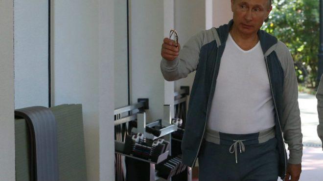 Интернет обсуждает спортивные брюки Путина за 1200 долларов