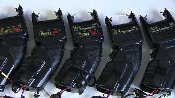 Немцы массово покупают электрошоковые пистолеты для самообороны