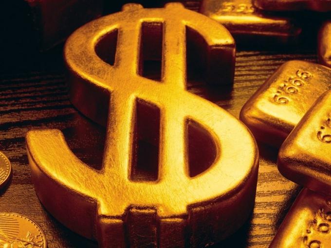 Из-за курса доллара дешевеет золото