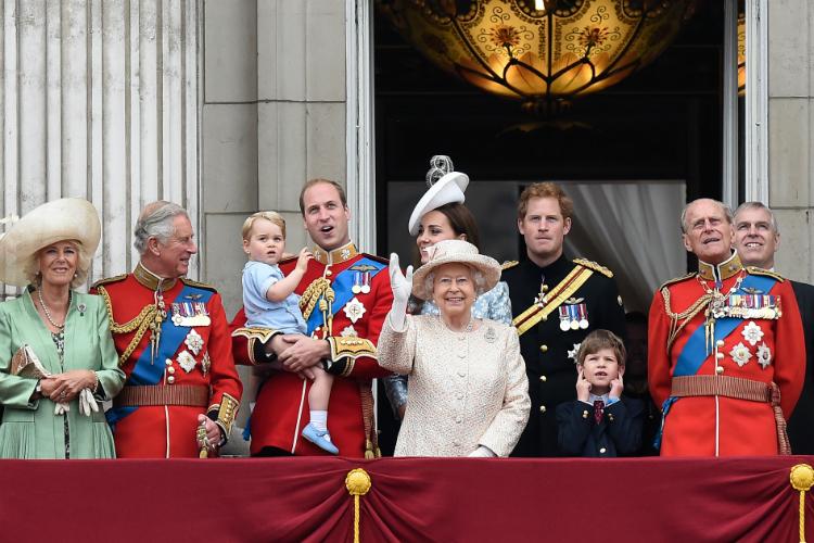 Сотни гостей, 1500 артистов и 900 лошадей - Великобритания празднует 90-летний юбилей Королевы Елизаветы