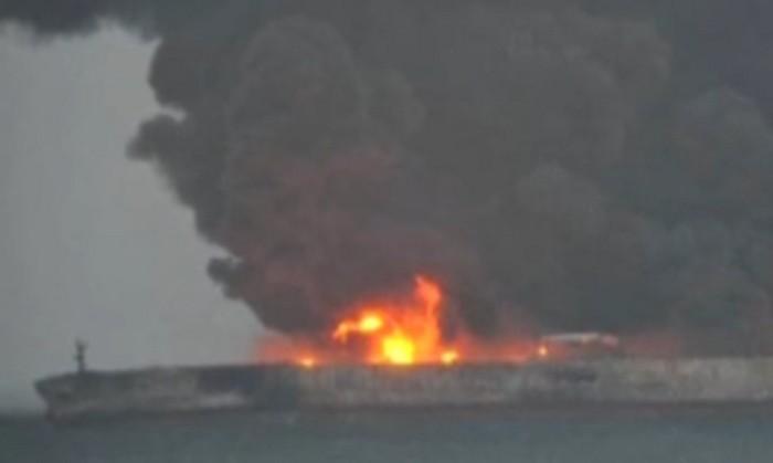 У берегов Китая горит и может взорваться нефтяной танкер