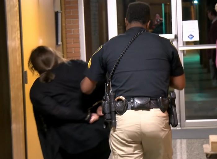 В США арестована учительница после жалобы на зарплату