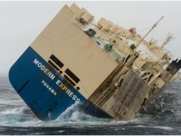 На французское побережье может выбросить огромный 164-метровый корабль
