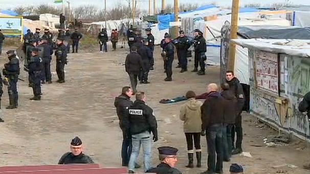 Французская полиция начала выселять мигрантов из самодельного лагеря в Кале