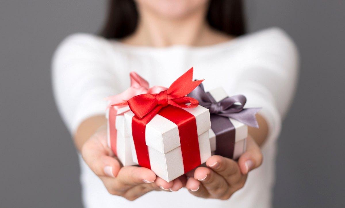 Подарок друзьям на новоселье: как облегчить жизнь молодой семье