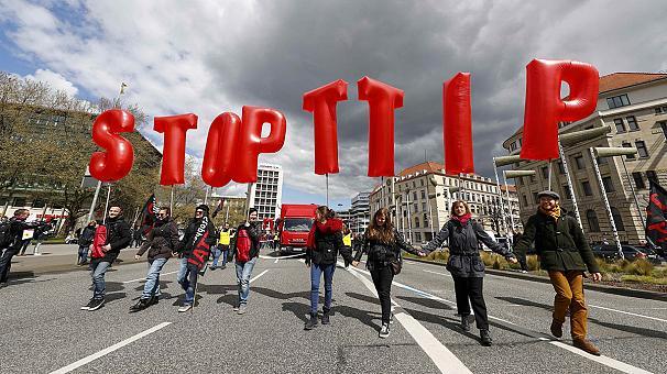 Олланд присоединился к критикам свободного рынка между ЕС и США