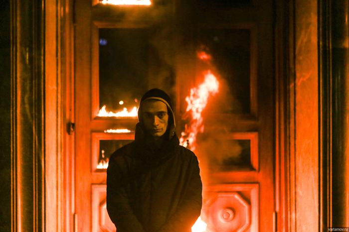 Понедельник в Москве начался взрывом в РАН и поджегом Лубянки