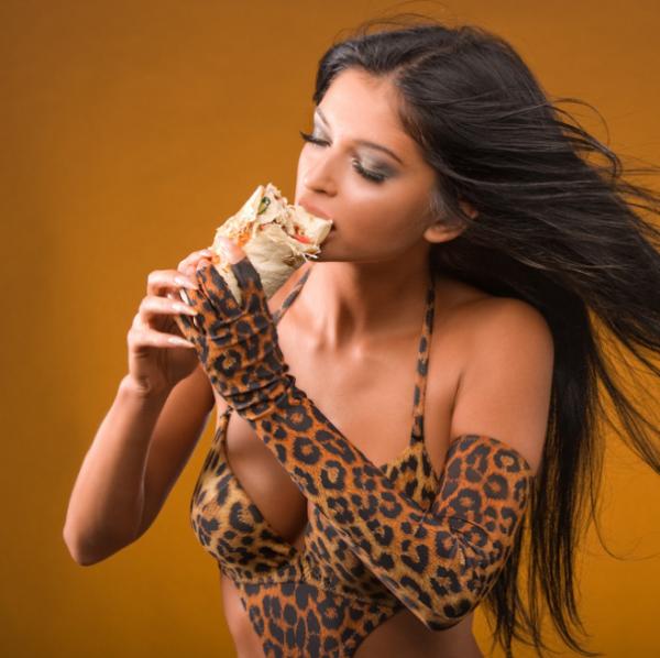 Новый тренд интернета: девушки + шаурма