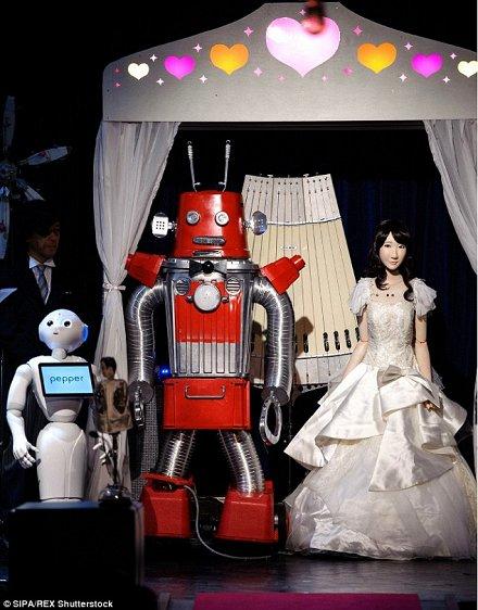 В Японии впервые провели свадьбу роботов