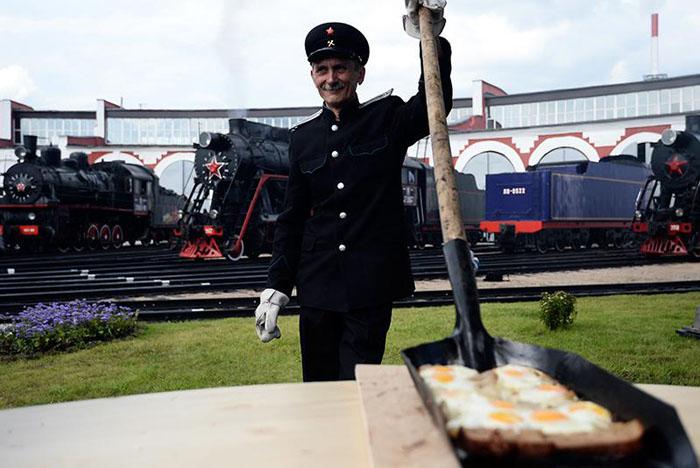 В России с лопаты ест уже и министр культуры