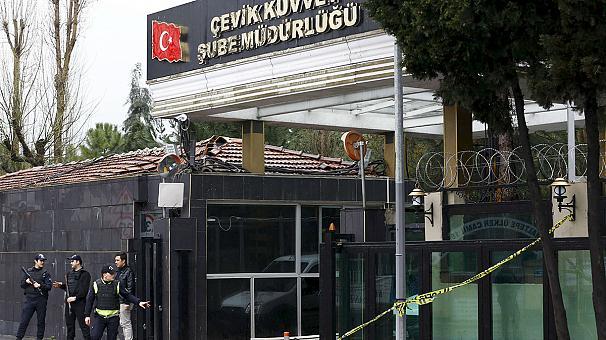 Теракт в Турции: погибли не менее 2 полицейских, более 30 раненых
