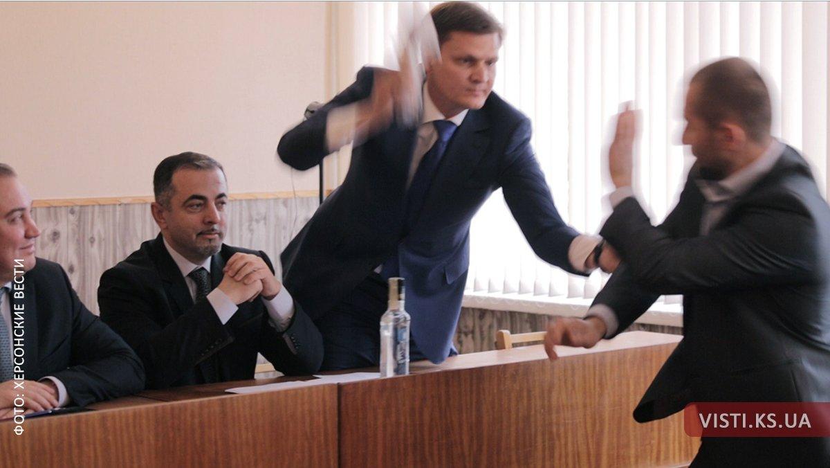 Новый тренд рулит: в Каховке депутат депутата избил колбасой (видео)