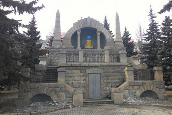 В Челябинске Ленина раскрасили в национальные цвета Украины