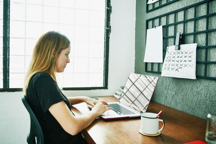 как оставаться мотивированным к работе из дома, эффективная работа дома, работа дома на удаленке, лайфхаки удаленной работы, как оставаться мотивированным к работе из дома, как оставаться сосредоточенным работая дома, как начать работать дома, как оставаться в здравом уме работая дома, чем занять малыша работая дома, как выжить работая дома fdlx.com