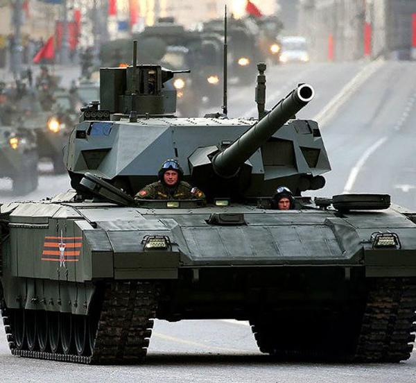 Новейший российский танк заглох на репетиции парада в Москве