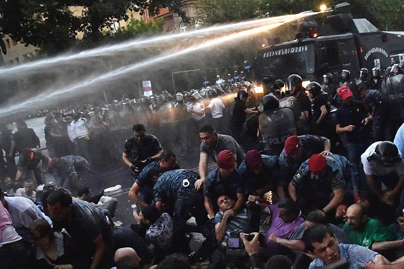 Акцию протеста в Ереване против повышения тарифов разогнали водометами