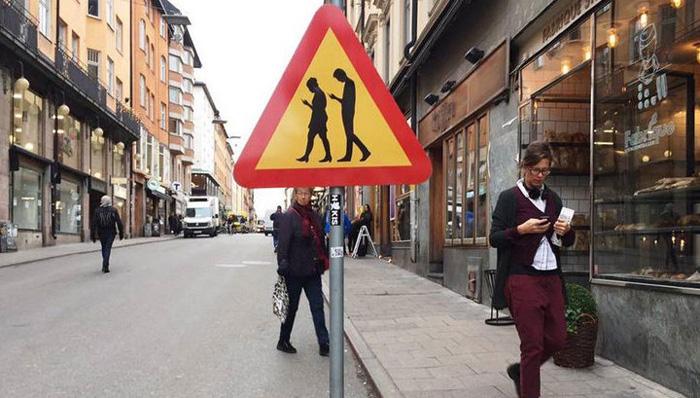 В Финляндии установили дорожный знак, предупреждающий о людях с гаджетами