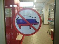 Французские магазины запретили вход «русским свиньям»