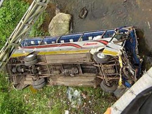 В Аргентине сорвался в пропасть полицейский автобус, 40 человек погибло