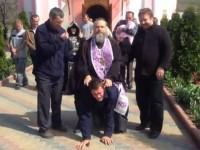 В Приднестровье батюшка оседлал «одержимого» (видео)