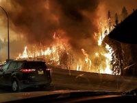 В Канаде лесной пожар двинулся на нефтяные месторождения