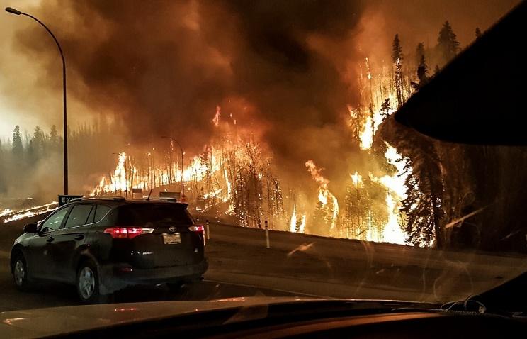 В Канаде лесной пожар двинулась на нефтяные месторождения