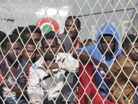 Migrants clandestins sur un navire de la Marine italienne à Palerme, en Sicile. La France soutient la politique de redistribution des réfugiés entre les pays de l'Union européenne, que proposera mercredi l'exécutif européen, a déclaré lundi le ministre français de l'Intérieur, Bernard Cazeneuve. /Photo prise le 5 lmai 2015/REUTERS/Guglielmo Mangiapane