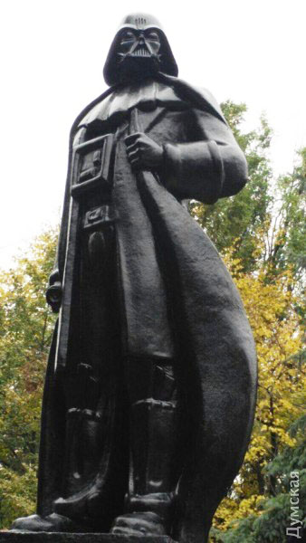 В Одессе на пьедестал вместо Ленина взошел Дарт Вейдер, раздающий Wi-Fi