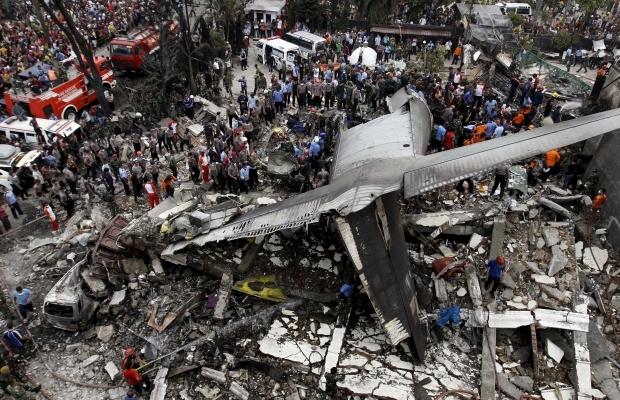 Авиакатастрофа в Индонезии: военный самолет рухнул на отель (фото+ видео)