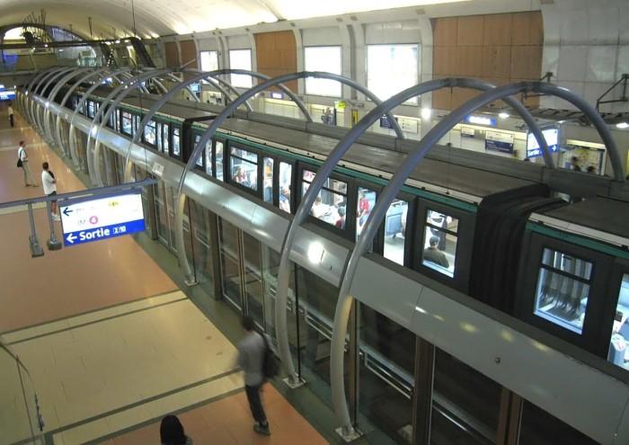 Сотрудники парижского метро присоединяются к национальной забастовке железнодорожников