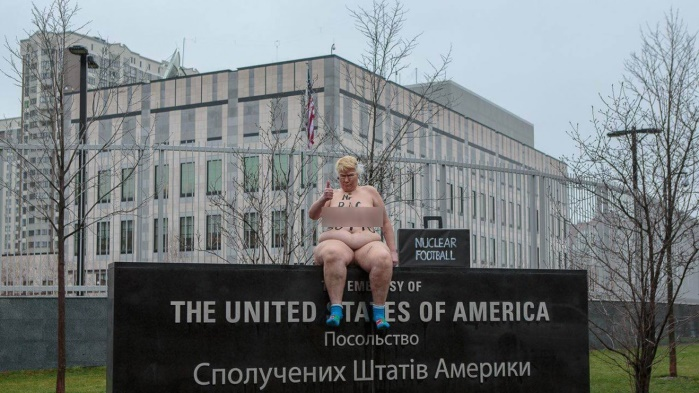Активистка Femen провела акцию протеста у посольства США в Киеве