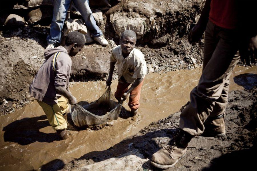 Apple и Samsung используют детский труд