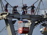 Авария на канатной дороге в Кельне, десятки людей застряли на 40-метровой высоте
