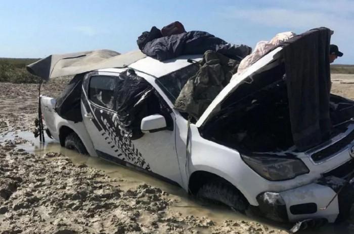 Австралийские рыбаки провели четыре дня на крыше авто в окружении крокодилов