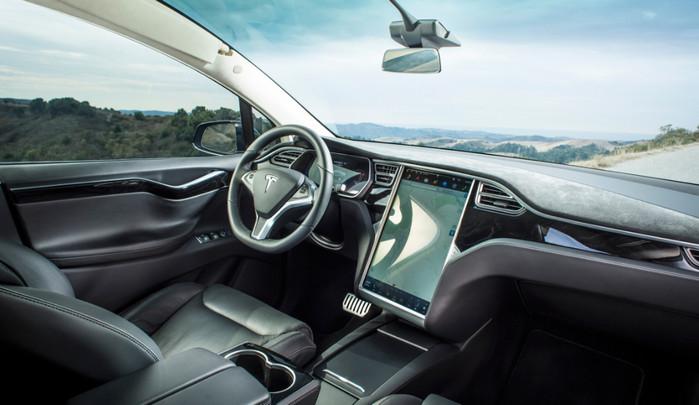 Автопилот Tesla помог избежать столкновения на трассе