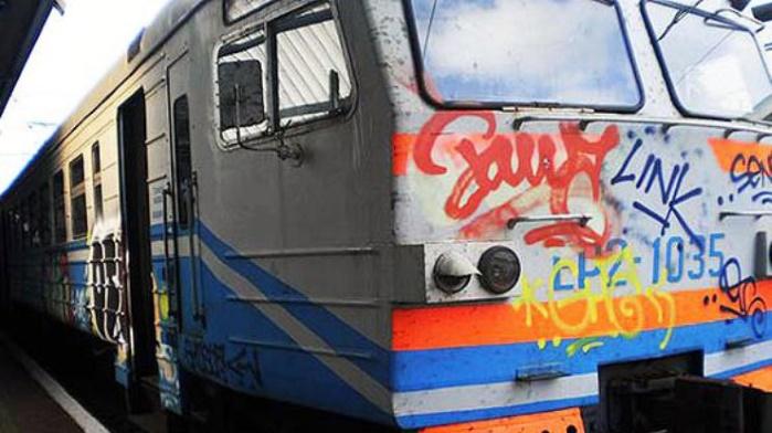 Банда граффитчиков заблокировала и разрисовала электричку Укрзализныци