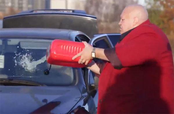 В России маразм крепчает: одиозный Стас Барецкий сжег BMW, чтобы пересесть за руль ВАЗа (видео)