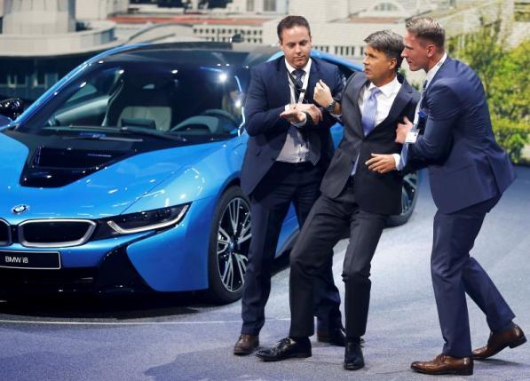 На пресс-конференции во Франкфурте гендиректор BMW Харальд Крюгер упал в обморок (фото)