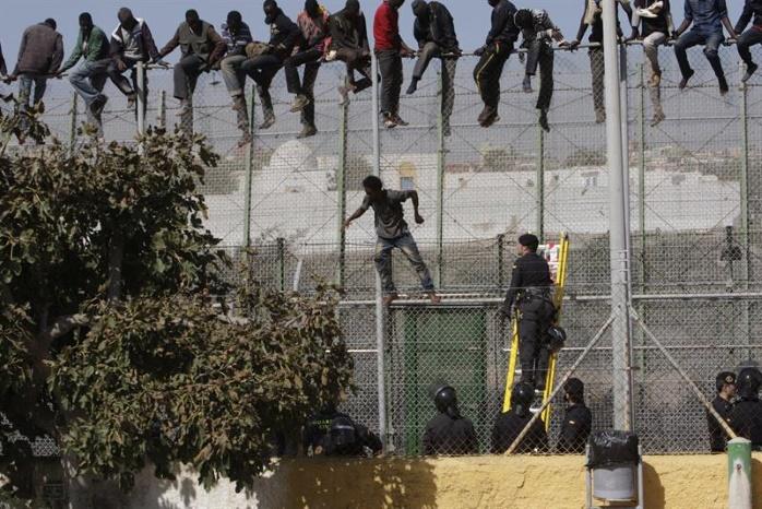 Более тысячи мигрантов из Африки пыталась перелезть шестиметровое ограждение на испанской границе