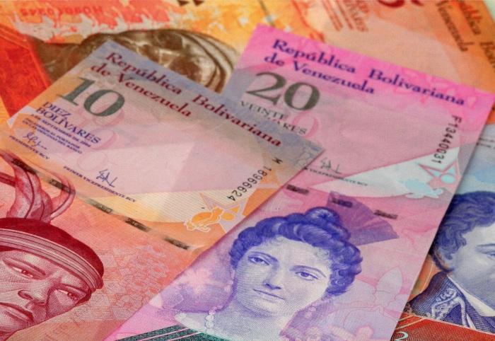 Валюта Венесуэлы официально обесценилась почти на 60%, фактически - в 150 раз