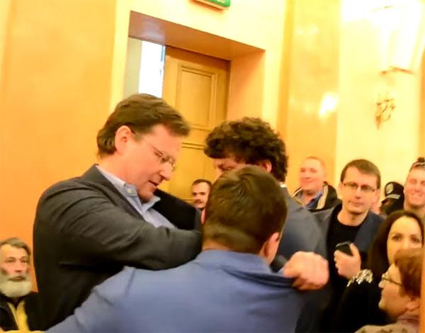 Идея Барны жива: Сашу Боровика вынесли из зала Одесского горсовета