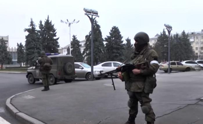 Центр Луганска захвачен вооруженными людьми без опознавательных знаков