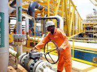 Цены на нефть продолжают падать, мировые запасы превышают пятилетние показатели