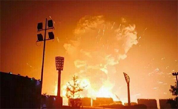 В порту китайского города Тяньцзинь прогремел мощный взрыв (фото и видео)