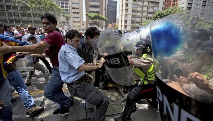 Семьи дипломатов США в срочном порядке покидают Венесуэлу
