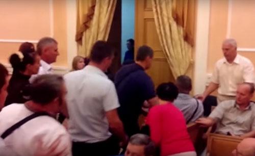 В Горсовете Одессы устроили драку из-за того, что Россию не признали агрессором (видео)